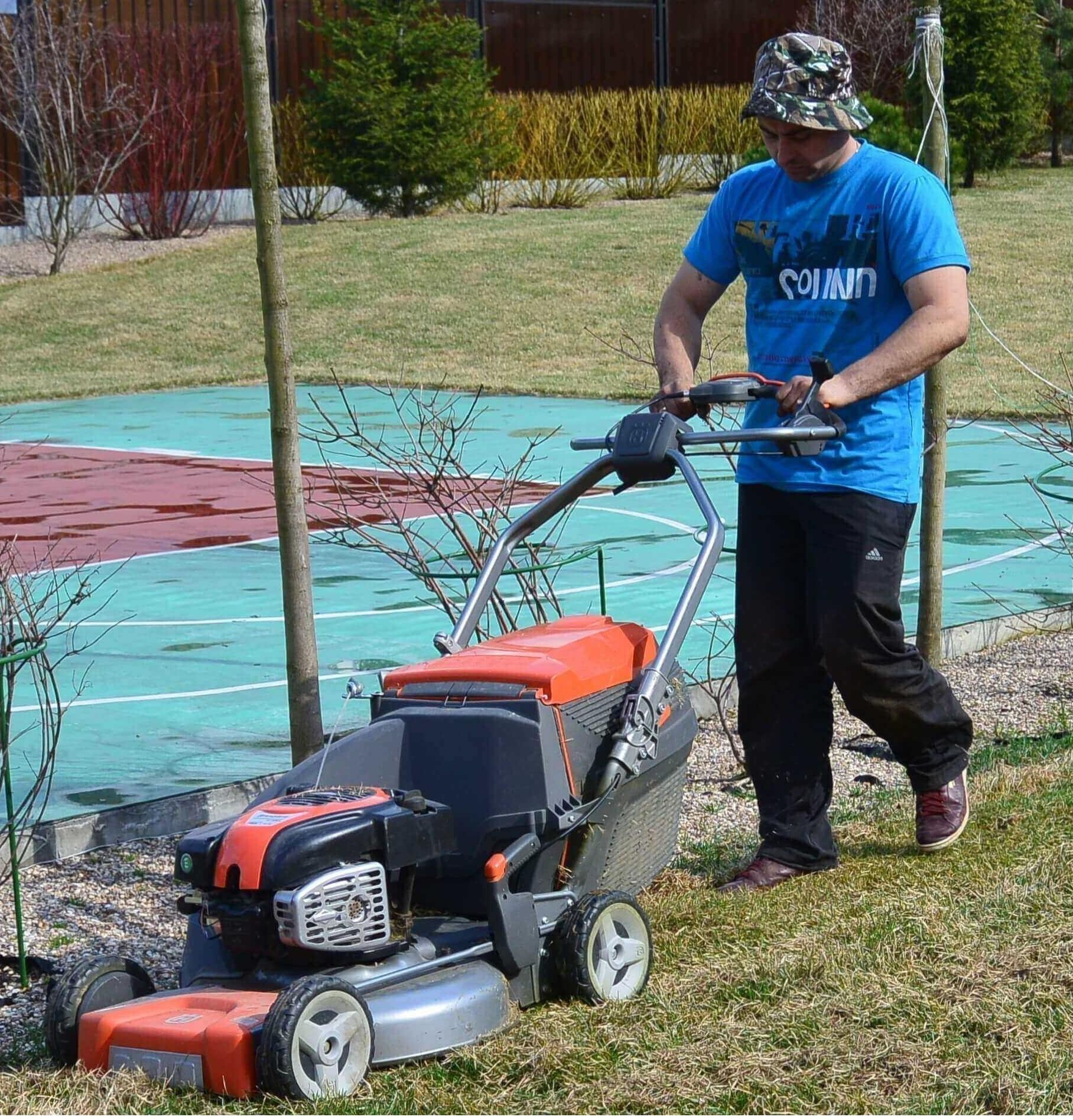 Вычесывание сухой травы на газоне